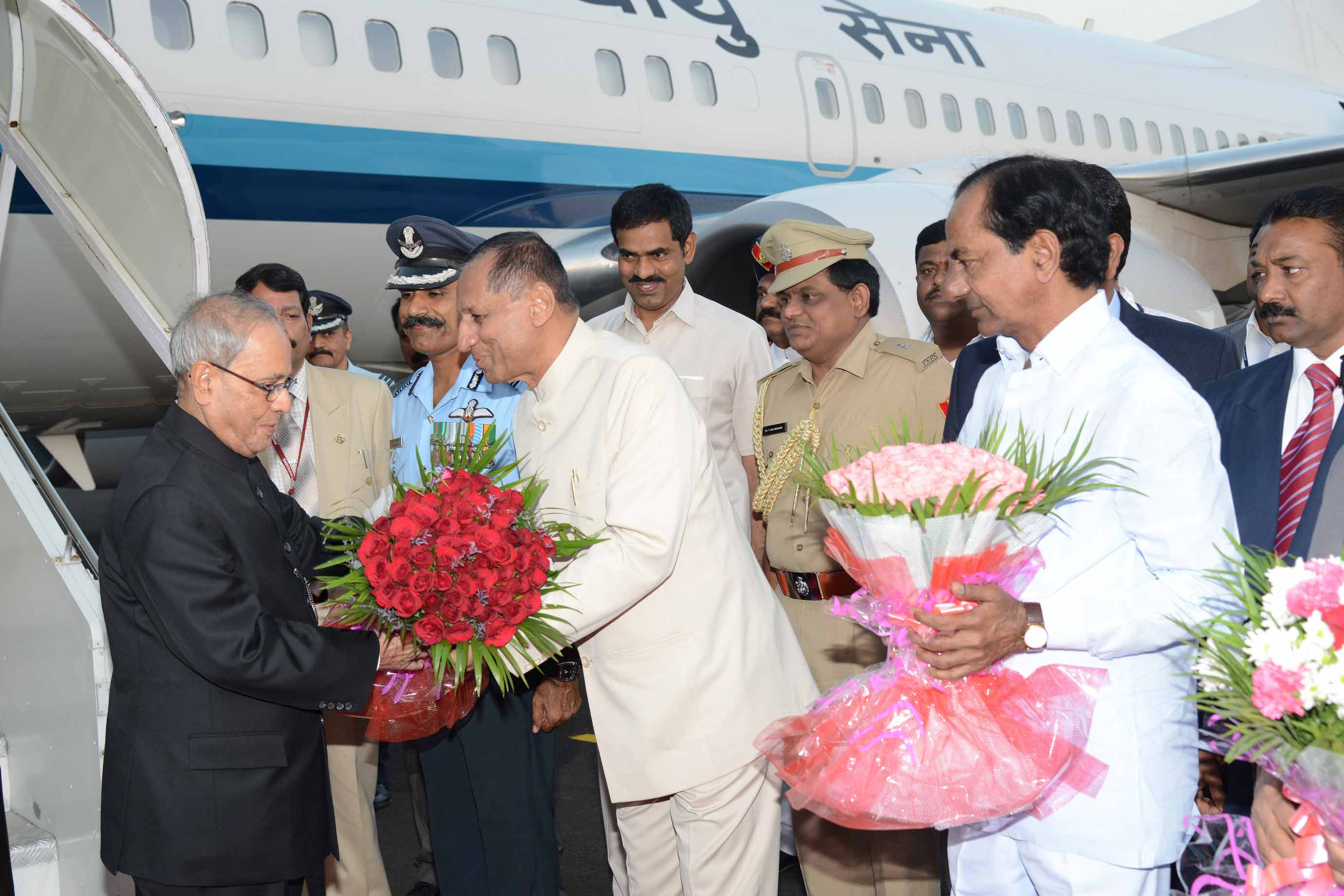 TS CM KCR Wellcomes President For Winter Visit At Hakimpet Airport On 18-12-2015